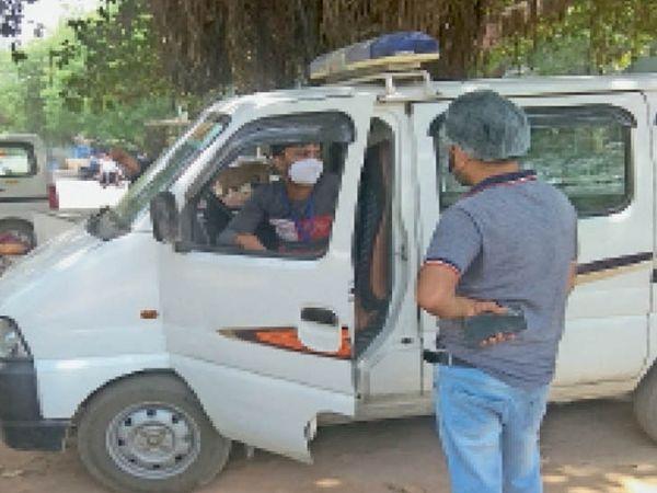 एंबुलेंस चालक से रेट तय करता रिपोर्टर। - Dainik Bhaskar