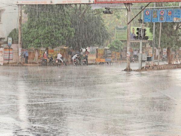 तस्वीर शाम 4 बजे पड़ाव चौराहे की है। यहां अचानक हुई बारिश के बीच राहगीर पेड़ के नीचे खड़े हो गए। - Dainik Bhaskar