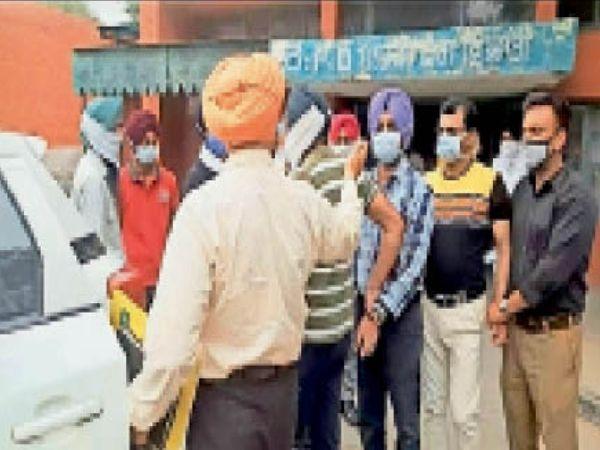 विजिलेंस की हिरासत में आरोपी। - Dainik Bhaskar
