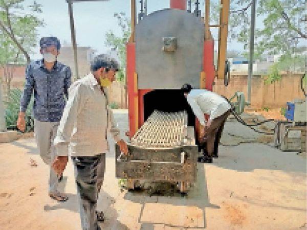 गैस चालित शवदाह गृह का डेमो लेते कस्बे के इंजीनियर। - Dainik Bhaskar
