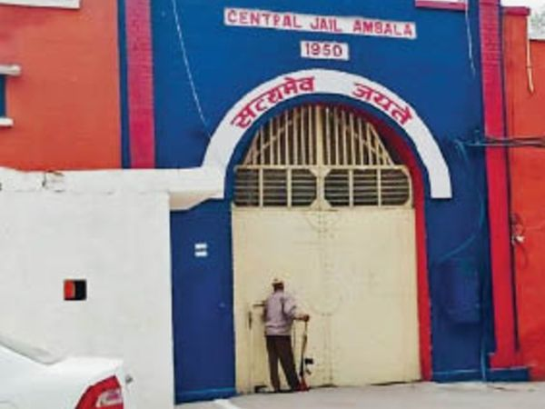 कुछ मामलों में जिन बंदियों के पास से मोबाइल मिले, उनके खिलाफ एफआईआर हुई। - Dainik Bhaskar