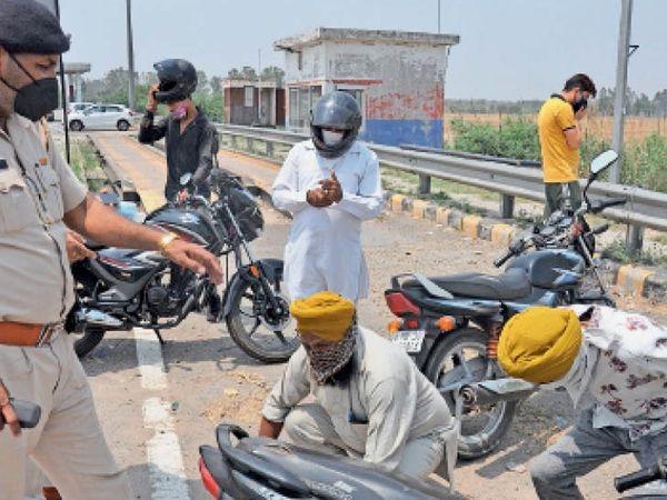 सिटी के शंभू बाॅर्डर पर पंजाब से हरियाणा में बिना कारण आ रहे लाेगाें की उठक-बैठक करवाते पुलिस कर्मी। - Dainik Bhaskar