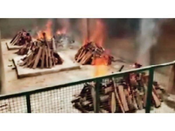 ऋषि नगर श्मशान घाट में एक साथ जलती कई चिताएं। - Dainik Bhaskar