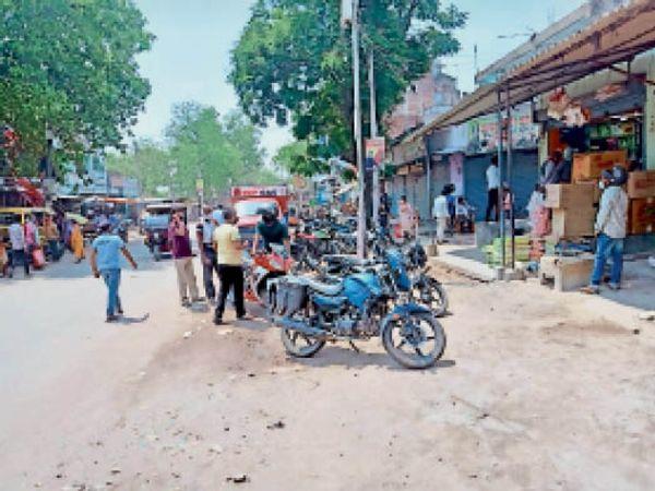 नारदीगंज बाजार में उमड़ी भीड़ - Dainik Bhaskar