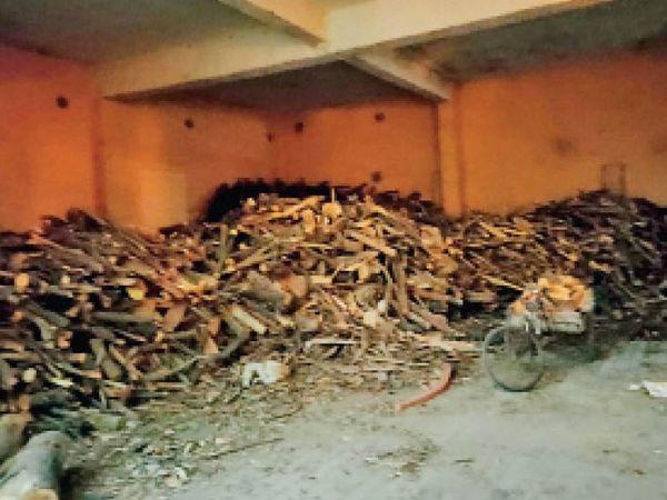 पानीपत. असंध रोड पर दो नहर वाली शिवपुरी में कोरोना मृतकों के संस्कार के लिए रखी गई लकड़ी। - Dainik Bhaskar