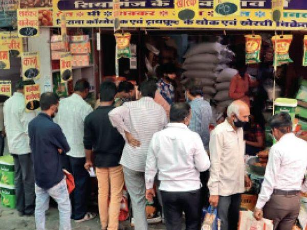 भारी पड़ेगी ये भीड़, गुरुवार को मल्हारगंज में किराना दुकानों पर भीड़ उमड़ी। कई जगहों पर सोशल डिस्टेंसिंग  टूटी। - Dainik Bhaskar