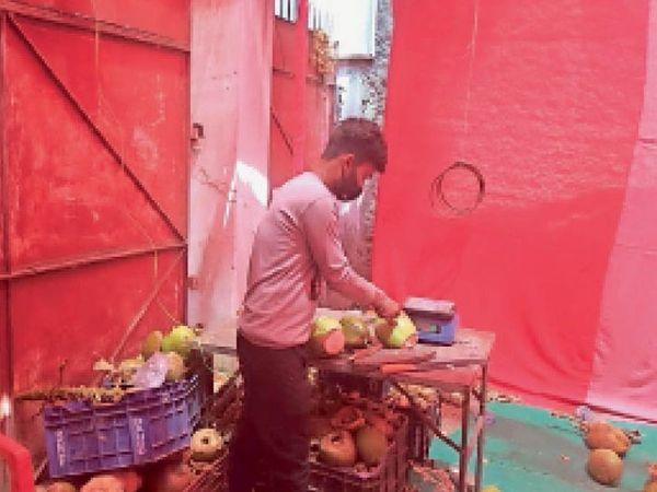 बाल चिकित्सालय के पास आम ज्यूस की दुकान के अंदर नारियल पानी बिक रहा है व मनमाने दाम वसूले जा रहे हैं। - Dainik Bhaskar