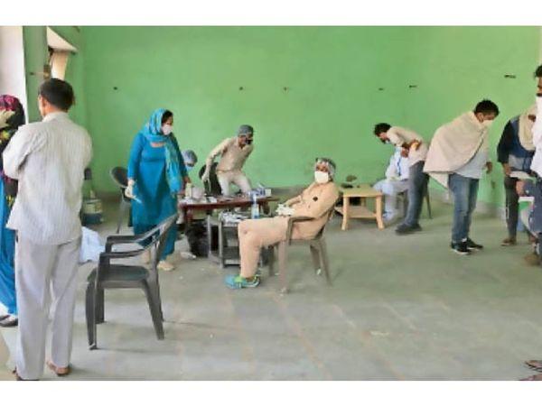 टिटौली गांव में लोगों की कोरोना स्क्रीनिंग करने के लिए रैपिड एंटीजन टेस्ट किट से जांच करती स्वास्थ्य विभाग की टीम। - Dainik Bhaskar