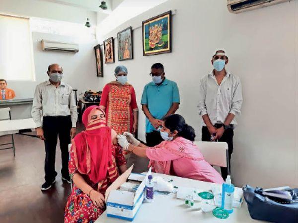 बीपी जैन स्किल डेवलपमेंट सेंटर में वैक्सीन लगवाती महिला। - Dainik Bhaskar