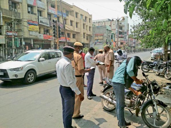 अशोका चौक पर वाहनों की जांच करते ट्रैफिक पुलिस कर्मी। - Dainik Bhaskar