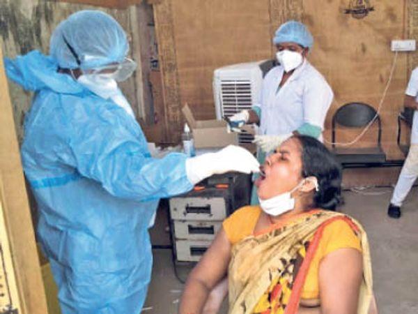 सैम्पल लेते स्वास्थ्य कर्मी। - Dainik Bhaskar
