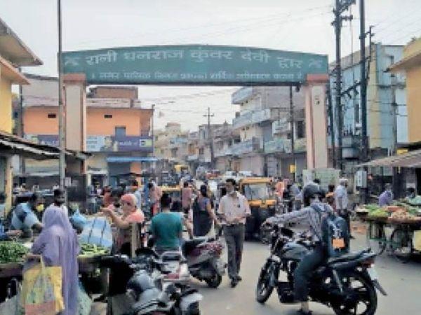 पुरानी बस्ती मार्ग पर लगी लोगों की भीड़। - Dainik Bhaskar