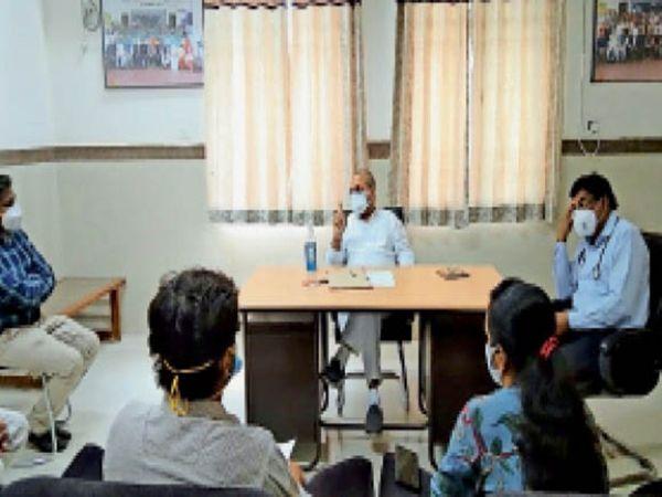जिला चिकित्सालय में डाक्टरों और अधिकारियों से चर्चा करते विधायक। - Dainik Bhaskar