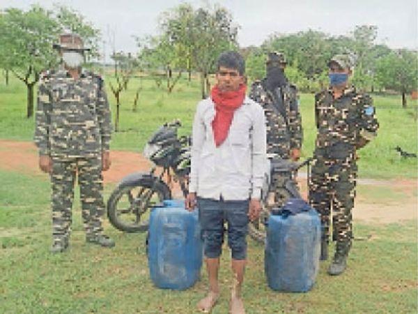 डीजल व बाइक के साथ धराया तस्कर व एसएसबी जवान। - Dainik Bhaskar
