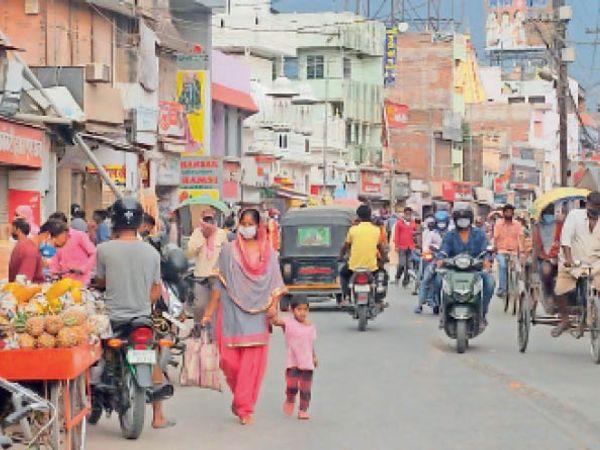 बाकरगंज बाजार में सोशल डिस्टेंसिंग का उल्लंघनकर खरीदारी करते लोग। - Dainik Bhaskar