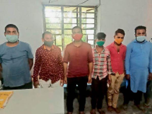 लॉकडाउन उल्लंघन के आरोप में गिरफ्तार दुकानदार व ग्राहक। - Dainik Bhaskar