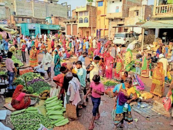 बासोपट्टी में सड़क के किनारे लगा हाट और लोगों की जुटी भीड़। - Dainik Bhaskar
