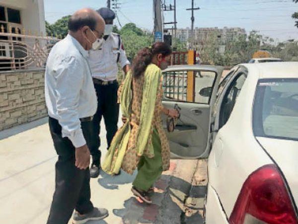 बुजुर्ग को वैक्सीन लगवाने के लिए गाड़ी में ले जाती पुलिस। - Dainik Bhaskar