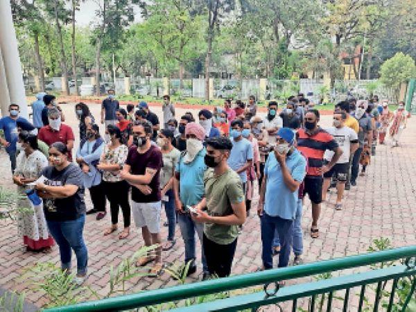 मोहाली में एक निजी स्कूल के बाहर वैक्सीन लगवाने के लिए अपनी बारी का इंतजार करते लोग। - Dainik Bhaskar