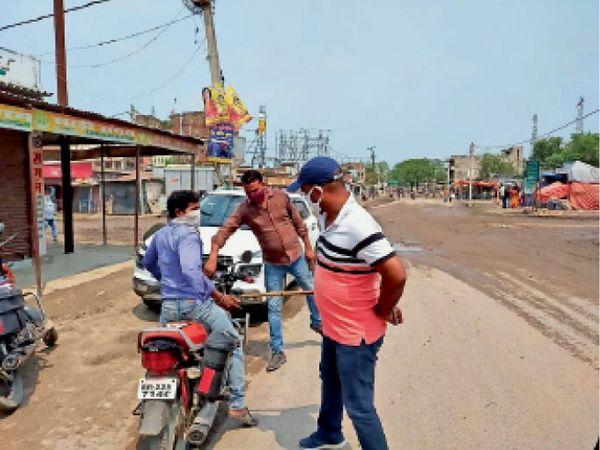 सुगौली में बिना कारण घूम रहे लोगों को सबक सिखाती पुलिस। - Dainik Bhaskar