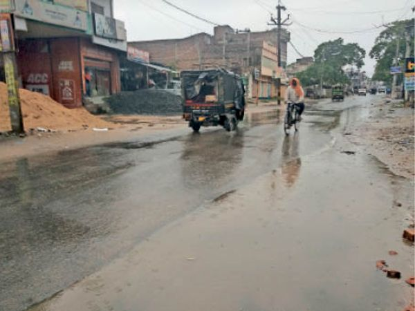 शहर के नाहर चाैक पर बारिश के दाैरान अावागमन करते लाेग। - Dainik Bhaskar