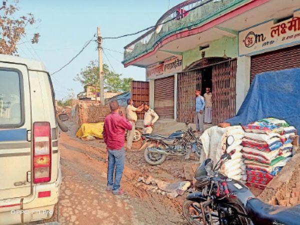 बथनाहा में आदेश के बाद भी 11 बजे के बाद खुली हुई दुकान को बंद कराती पुलिस। - Dainik Bhaskar