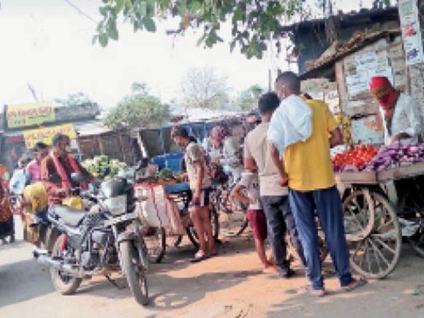 खरीदारी की छूट मिलते ही लोग बाजार में निकल पड़े। सोशल डिस्टेंसिंग का भी ध्यान नहीं रहा। - Dainik Bhaskar