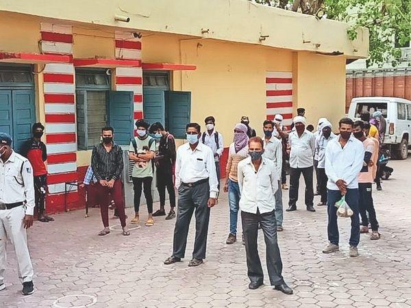 मोघट रोड पर बेवजह घूमते लोगों पर कार्रवाई करते टीआई व उनकी टीम। - Dainik Bhaskar
