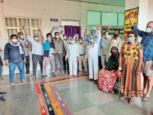 सिवनीमालवा। ठीक हुए मरीज विजय चिन्ह दिखाकर प्रसन्नता व्यक्त करते। - Dainik Bhaskar