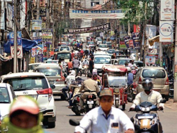चौथे लॉकडाउन में कुछ ढील देने के बाद बाजार में उमड़ी भीड़। कई जगह लगा जाम। - Dainik Bhaskar