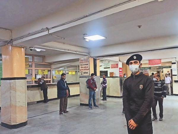 पर्ची काउंटर जहां राेजाना भीड़ रहती थी, शुक्रवार दाेपहर काे खाली था। - Dainik Bhaskar