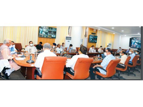 कोरोना संक्रमण रोकने की तैयारियों के लिए मुख्यमंत्री मनोहर लाल ने अधिकारियों के साथ बैठक की। - Dainik Bhaskar