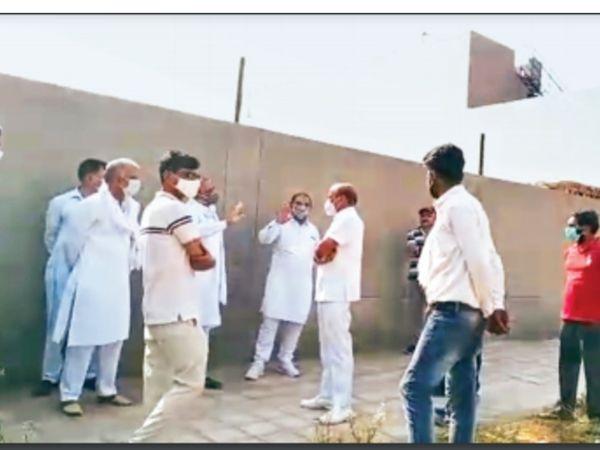 आजाद नगर श्मशान घाट में विरोध करते हुए मोहल्ले के लोग व मौके पर पहुंचे नगर निगम के अधिकारी व पुलिस। - Dainik Bhaskar