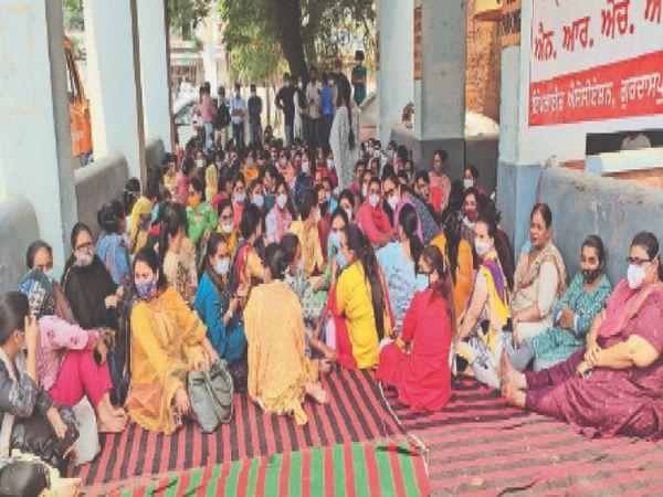 पंजाब सरकार से अपनी मांगें मनवाने के लिए धरने पर बैठे एनएचएम कर्मचारी खुद ही इन हिदायतों का पालन नहीं कर रहे। - Dainik Bhaskar