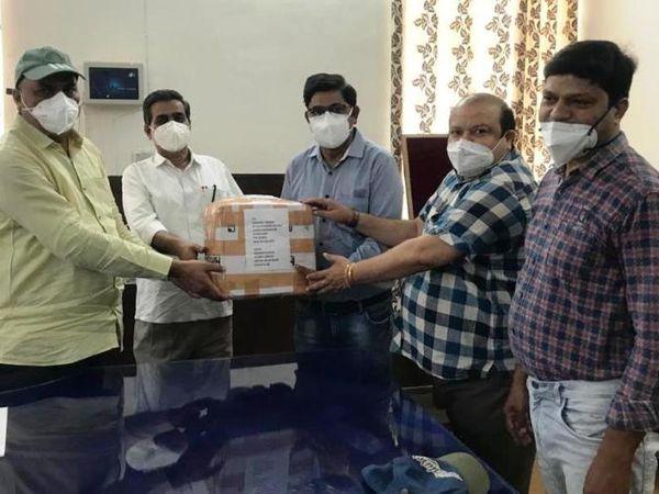 जिला अस्पताल के लिए ऑक्सीजन फ्लोमीटर भेंट करते हुए। - Dainik Bhaskar