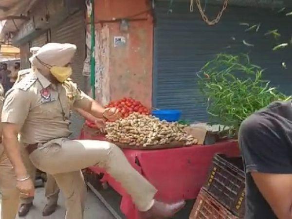 सब्जी वाले की टोकरी को लात मारता SHO नवदीप सिंह।