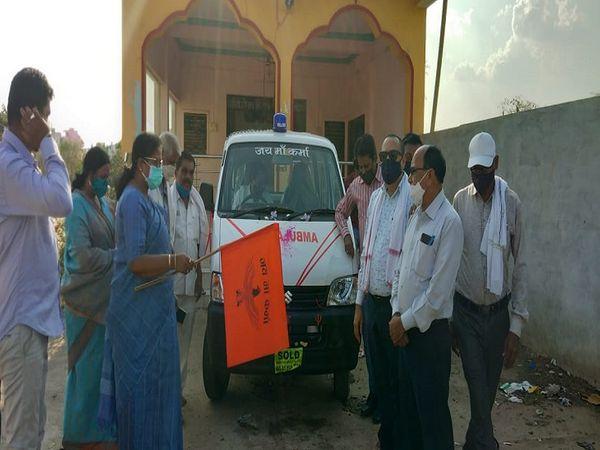 तस्वीर राजनांदगांव की है। गुरुवार को सामाज के लोगों ने आपस में चंदा करके एक एम्बुलेंस भी खरीदी है जो कोविड मरीजों को मुफ्त सेवा दे रही है। - Dainik Bhaskar