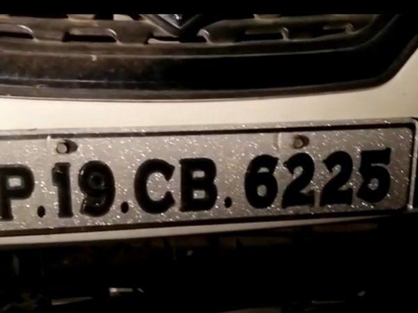 हादसे में क्षतिग्रस्त कार - Dainik Bhaskar