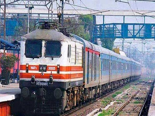 यात्रियों की संख्या कम होने और कोरोना महामारी की वजह से रेलवे ने लिया फैसला।- फाइल फोटो। - Dainik Bhaskar