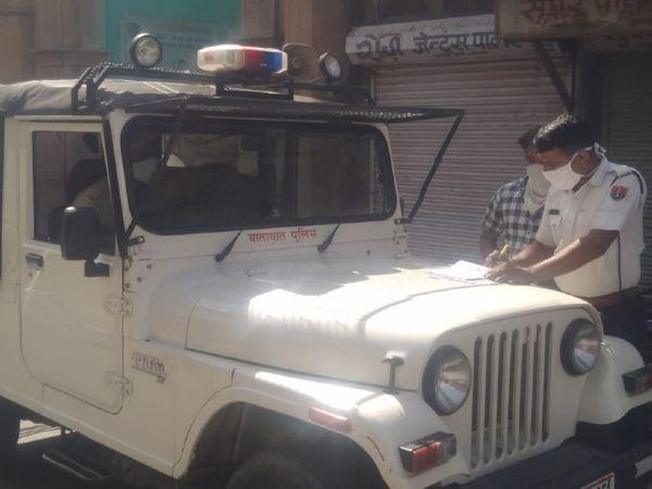 चालान काटने की कार्रवाई करती पुलिस। - Dainik Bhaskar