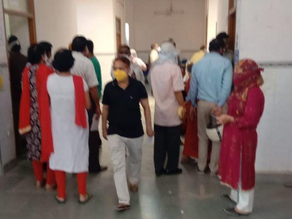 सेंटर पर टीका लगवाने की भीड़। - Dainik Bhaskar