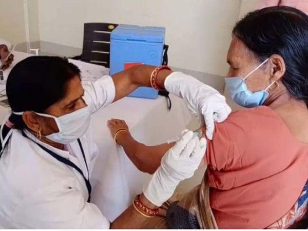 कोरोना वैक्सीन लगवाती हुई एक महिला। - Dainik Bhaskar