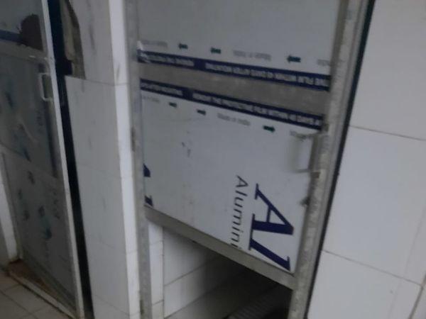 बांसवाड़ा जिला चिकित्सालय के कोरोना वार्ड में टूटा बाथरूम का दरवाजा। - Dainik Bhaskar