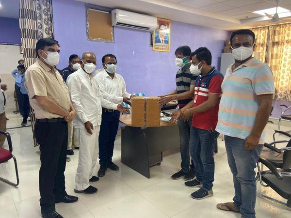 बाड़मेर अस्पताल प्रशासन को सुपुर्द की गई दवा। - Dainik Bhaskar