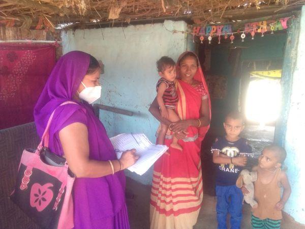 गांव रोहिणी में सर्वे करती आशा कार्यकर्ता मथुरा पटेल।