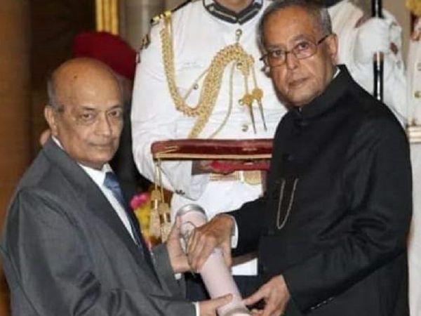डॉ मोहन मिश्र को 2014 में राष्ट्रपति की ओर से पद्मश्री से सम्मानित किया गया था। - Dainik Bhaskar