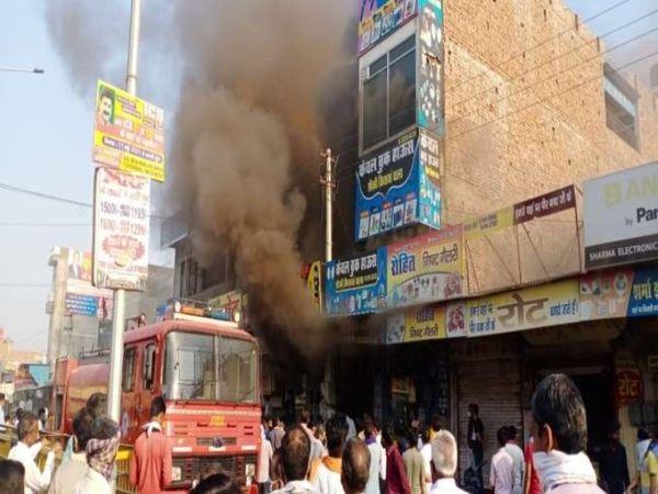 कपड़े की दुकान से उठता धुआं। - Dainik Bhaskar