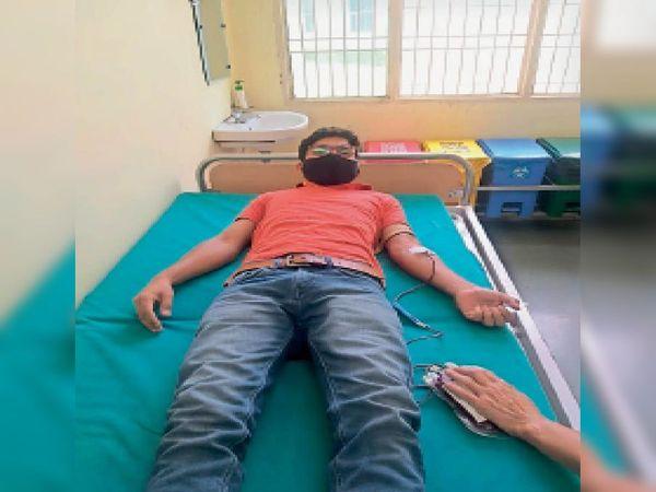 जींद. अस्पताल में रक्तदान करता युवक। - Dainik Bhaskar