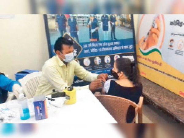 जींद. सिविल अस्पताल में वैक्सीन लगाता स्वास्थ्य कर्मचारी। - Dainik Bhaskar