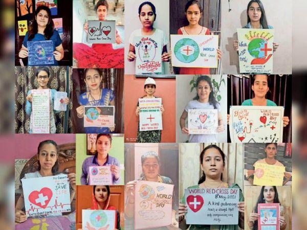 पोस्टर दिखाती छात्राएं। - Dainik Bhaskar